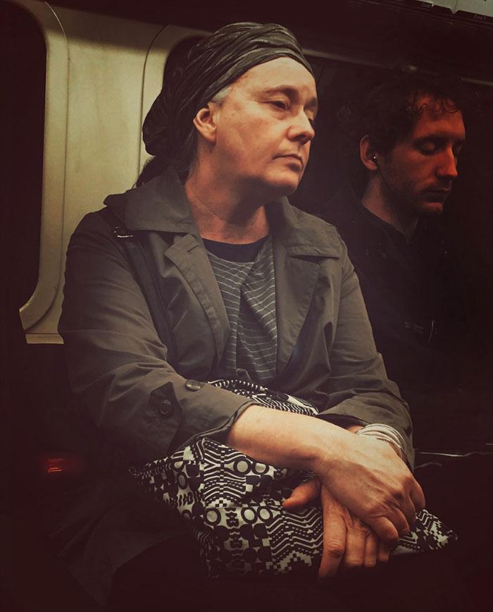 Фото 4 - путешествие по эпохам парень фотографирует пассажиров метро в стиле 16 века