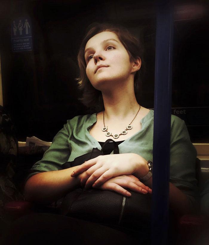 Фото 5 - путешествие по эпохам парень фотографирует пассажиров метро в стиле 16 века