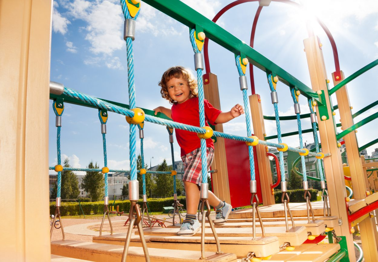 Фото детей гуляющих на детских площадках