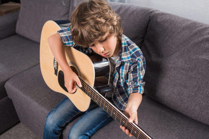 Как играть на гитаре из чего же сделаны