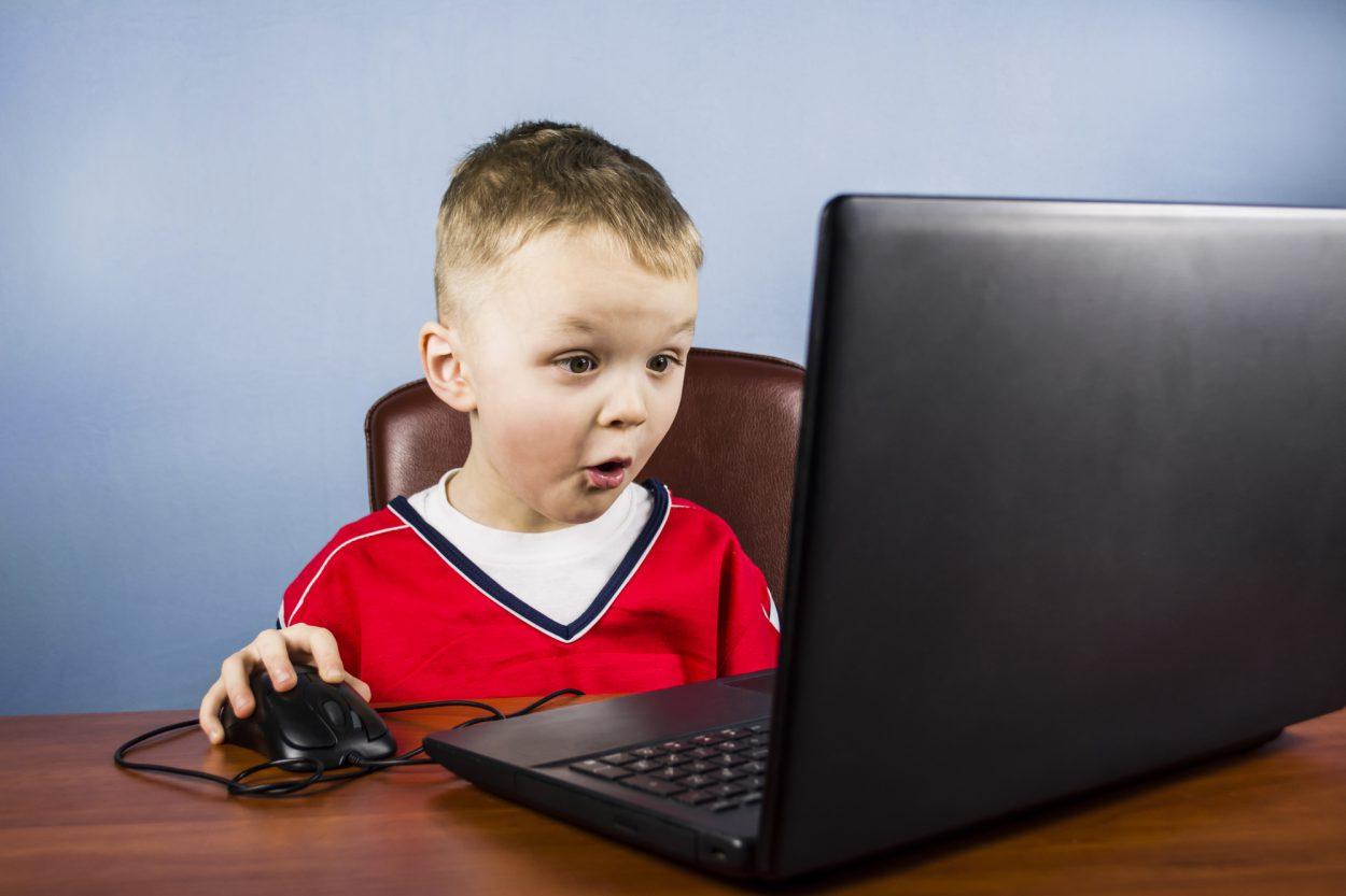 Фото ребенок за компьютером